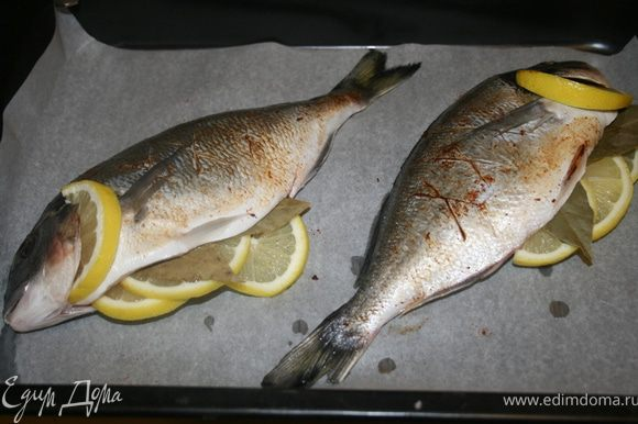 Очистить рыбу, натереть солью. Половину лимона порезать кружочками. Вложить внутрь каждой рыбы по 2 кружочка, за жабры половинку кружочка лимона. И по 2 лавровых листа. Натереть рыбок паприкой. Сделать Х-образные надрезы на внешней стороне.