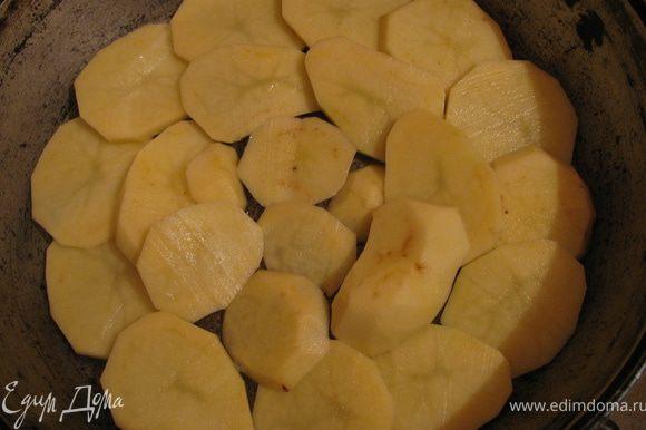 Картофель очищаем нарезаем кружечками и выкладываем на дно формы,смазанное маслом.