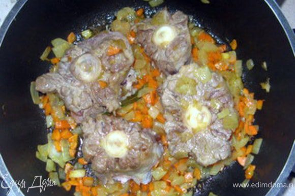 Через 3-4 минуты добавить хвост, ч. ложку горошков перца, 2 бутона гвоздики, щепотку раздавленного в ступке кориандра. Обжарить мясо 2-3 минуты.