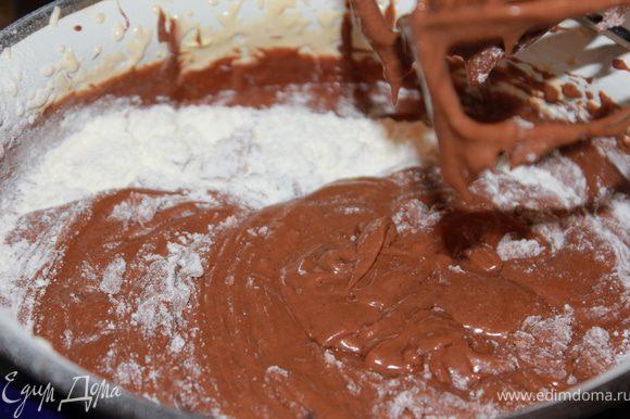 Взбить белки в густую пену и аккуратно (деревянной лопаткой) соединить с шоколадной смесью (ТОЛЬКО НЕ МИКСЕРОМ!!!).