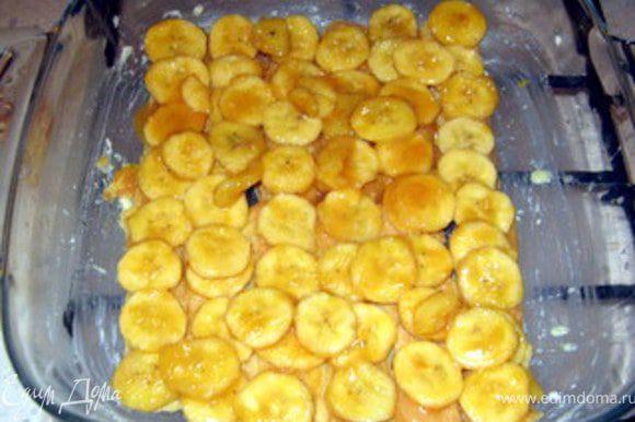 Сверху распределить бананы.
