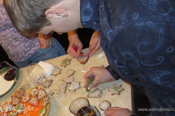 Сажаете всех гостей вокруг печенья. Раздаете карандаши и пусть проявляют свою творческую натуру. А выигрывшему можно дать, например, первому выбрать лучший кусок запеченного гуся в яблоках)))
