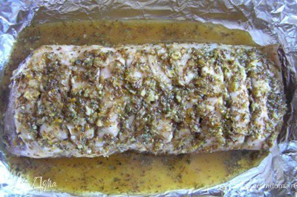 Разогреть духовку до 200*С. Выложить свинину в форму для запекания, застеленную фольгой, полить маринадом.