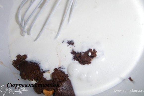 В два приеме добавляем наши сливки в шоколадно-ореховую смесь.
