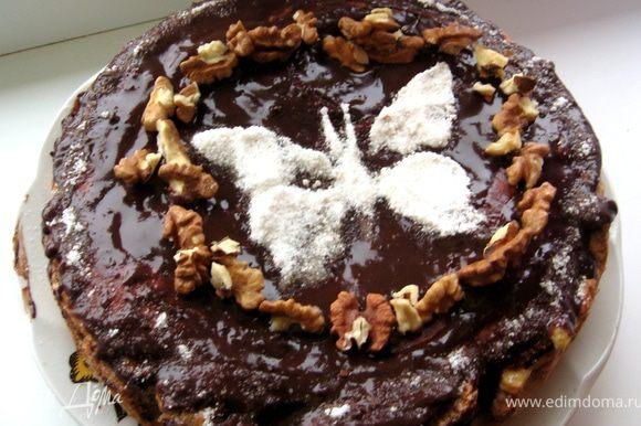 Вытаскиваем из формы пирог. Украшаем помадкой, сахарной пудрой и орешками, ставим в холодильник хотя бы на часик.