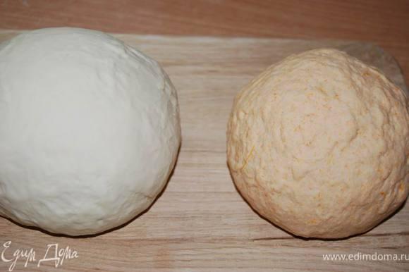 Во вторую часть муки с дрожжами добавляем тыквенное пюре,соль,при необходимости немного воды. Замешиваем вторую часть теста. Скатываем тесто в два шара (белый и оранжевый).
