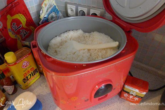 """Открываем """"кашеварку"""", накладываем рис (естественно несоленый и без масла)"""