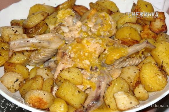 Украшаем гарниром. В данном случае – картофель, запеченный в духовке с сухими травами.