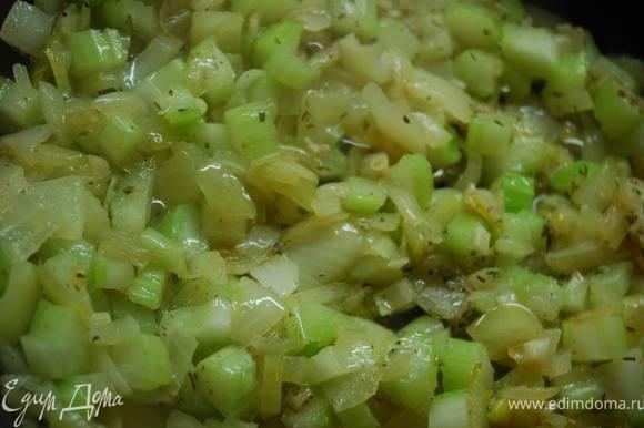 На смеси оливкового и сливочного масла на небольшом огне обжарим мелко нарезанный лук и чеснок, добавим сюда сельдерей.