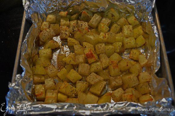 Нагреть духовку до 230гр. Смазать стенки и дно противня маслом. Нарезать картофель на кусочки. Остальные ингридиенты смешать в большой миске.Положить в миску картофель и перемешать.Выложить картофель в один слой на противень.