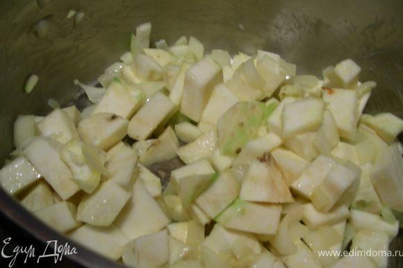 Шинкуем лук, сельдерей режем кубиками и обжариваем минут 5. Заливаем бульоном и готовим минут 15 (до мягкости овощей).