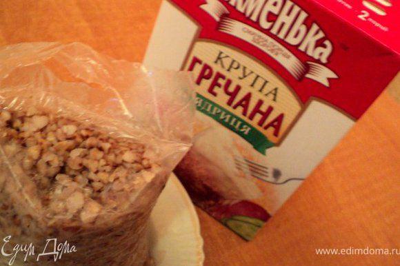 Отварить гречку 20мин, я брала в пакетиках, очень удобно. В горячую гречку добавить сливочное масло, перемешать. Сварить вкрутую 2 яйца.