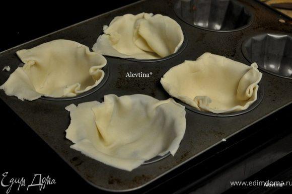 В крупных формочках для маффинов уложим тесто в 4 ячейки. Выпекаем как сказано в инструкции. Достанем из духовки и дадим остыть.
