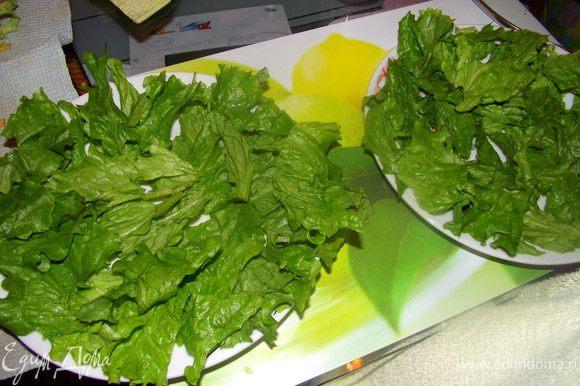 Порвать салат на кусочки.