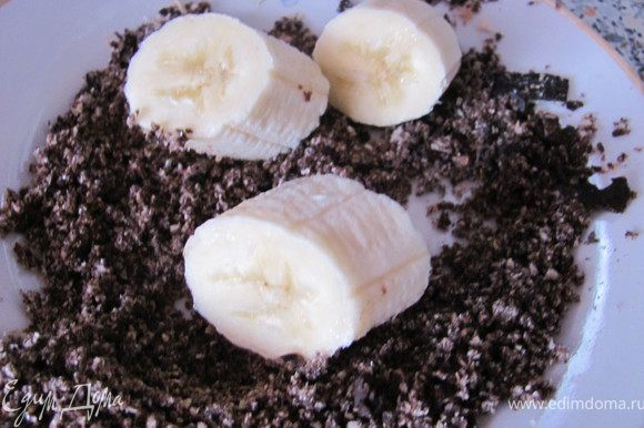 Бананы порезать кружочками и обвалять в тертых вафельных конфетах.