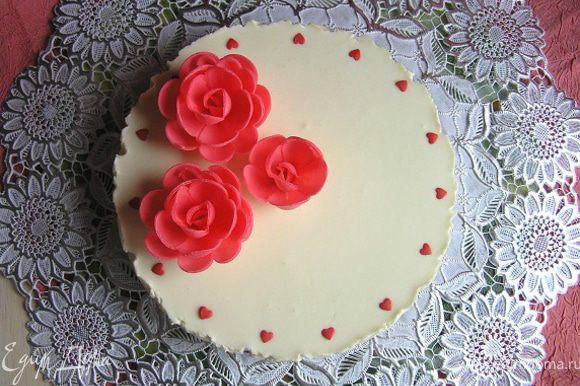 Аккуратно вынуть торт из формы, украсить по желанию. Я использовала готовые вафельные украшения и сахарная посыпка.
