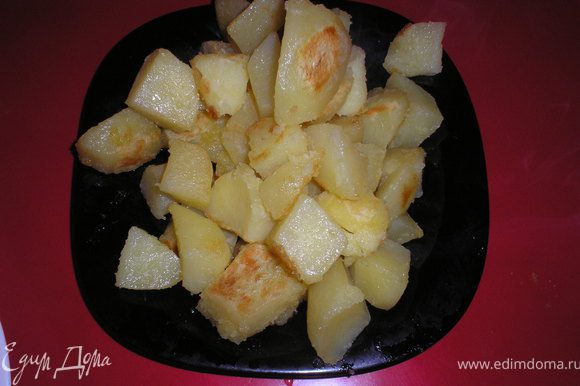 Разогреваем 2–3 ст. ложки оливкового масла и поджариваем картофель до легкого подрумянивания.