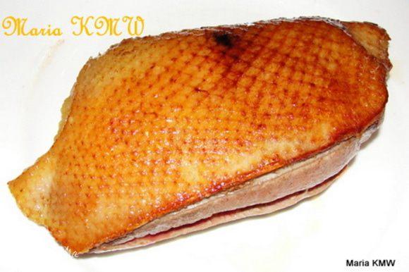 Выкладываем обжаренную грудку на блюдо, даем слегка отстыть. Разрезаем на порционные кусочки.