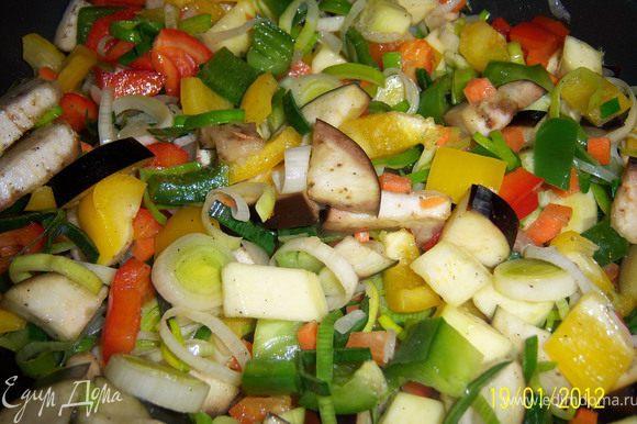 Овощи посыпать сахаром, посолить, поперчить и обжарить на оливковом масле до золотистого цвета.