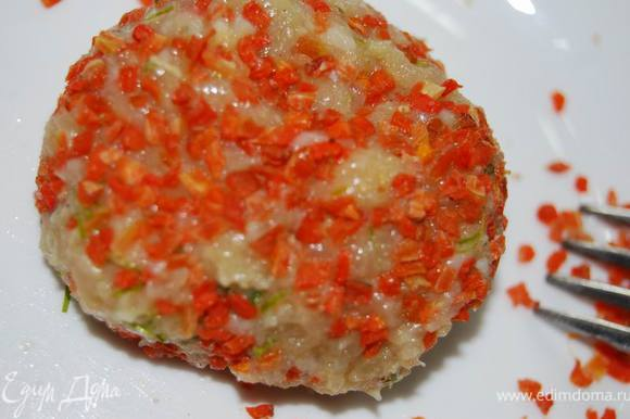 Тщательно перемешаем фарш,сформуем сиченики небольшой круглой формы и обваляем их в сушеной моркови. Можно использовать морковь,натертую на мелкой терке. Идея с морковью возникла внезапно. Захотелось добавить немного яркого цвета и сладости. Получилось весьма интересно.