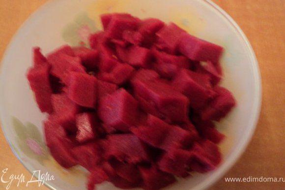 Застывшее ягодное суфле ( ½ часть) порезать кубиками.