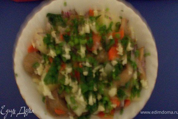 к картофелю и моркови добавить солёные грибы и мелко нарезанный салатный лук