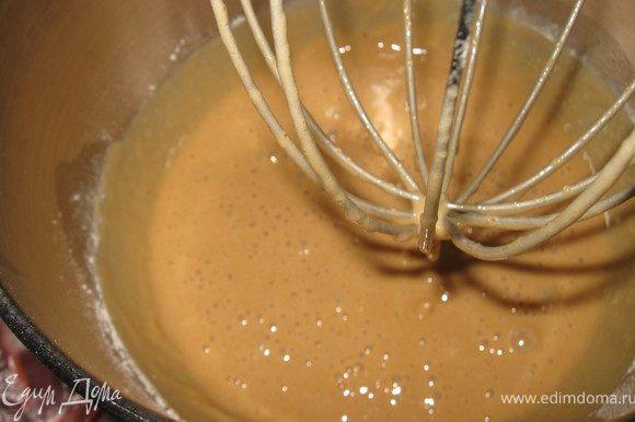 Смешиваем все ингридиенты( кроме орехов и сухофруктов), тесто получается жидкое.