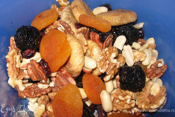 Орехи и сухофрукты( целые, не резать!!!)