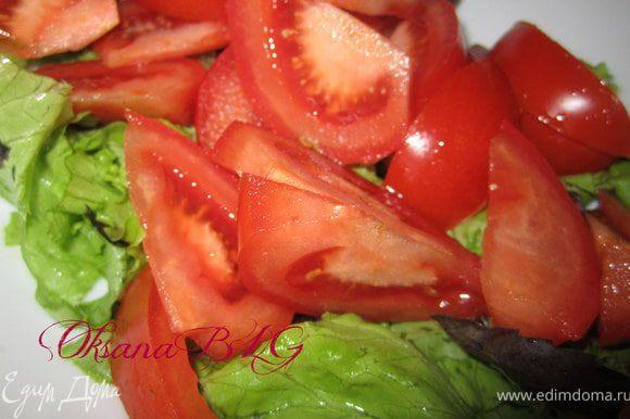 Листья салата порвать, добавить руккулу. перемешать. Добавить порезанные помидоры.