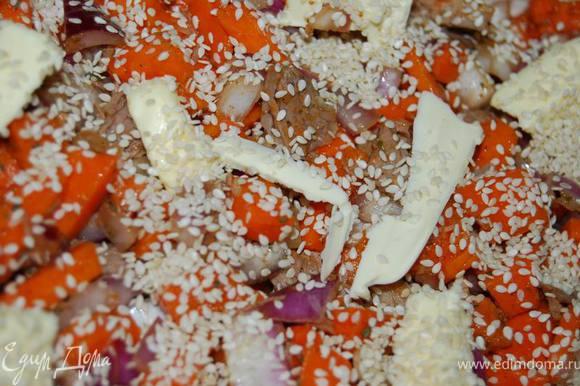 Сверху начинки - кусочки сливочного масла,не жалея (от этого будет только вкуснее) и посыпаем пирог кунжутом.