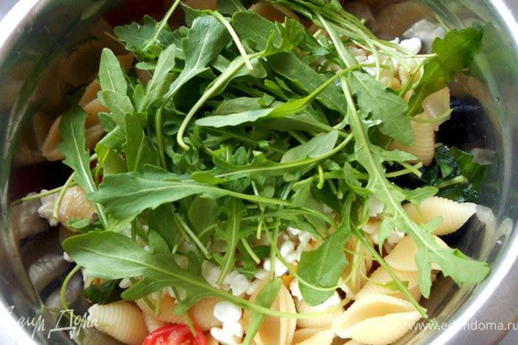 И руколу. Салат размешать, слегка сбрызнуть оливковым маслом (можно использовать масло, которым заливались томаты), разложить по тарелкам и подавать!