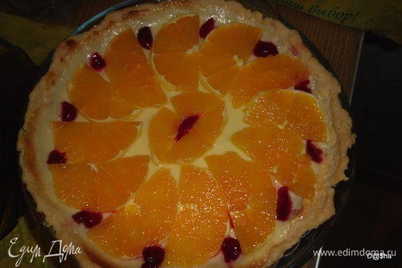Остудить.Порезать апельсины и выложить на пирог
