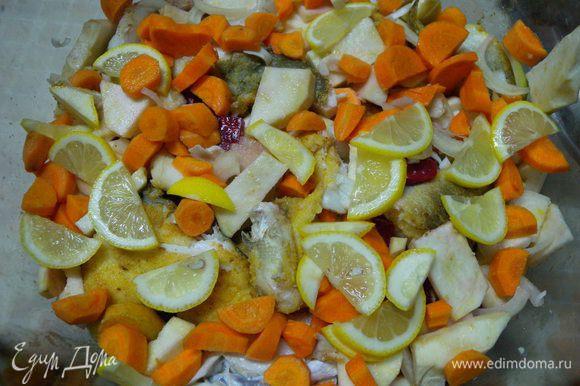 Рыбу переложить в огнеупорную посуду перекладывая (пересыпая) овощами. Залить кипятком почти до верха. Накрыть крышкой.