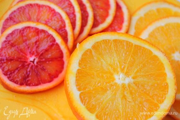 Апельсин нарезать тонкими кружочками.