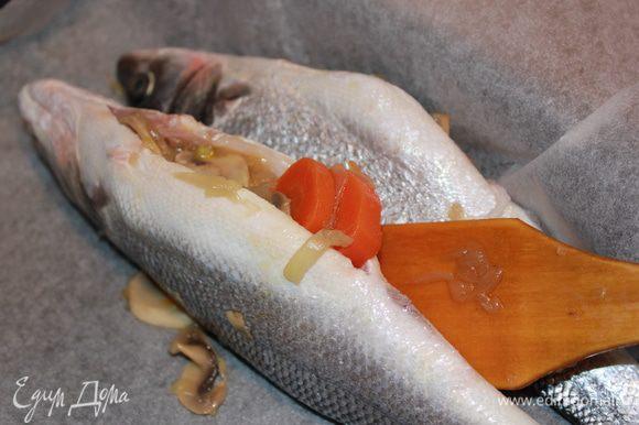 Положить овощи, грибы в рыбу. Сверху накрыть ломтиками апельсина. Положить веточку тимьяна.