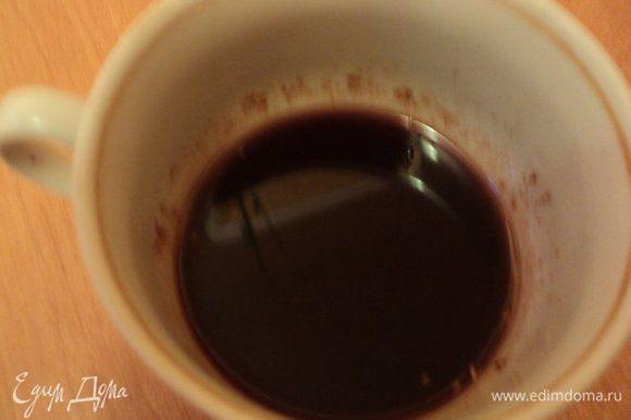 Приготовить пропитку: смешать воду, сахар и какао, прокипятить 5 мин, добавить перец по вкусу. Охладить.
