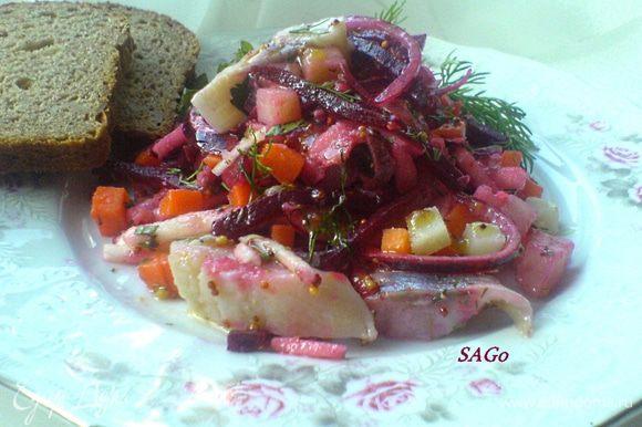 Вариант с морковью и картофелем мне тоже нравится, но хорошо, когда соблюдается пропорция свекла, морковь, картофель - 2:1:1. В таком варианте я для заправки беру винный уксус. Ещё неплохо в этой версии добавить солёный огурец (пряного посола) и заправить весь салат просто душистым подсолнечным маслом!