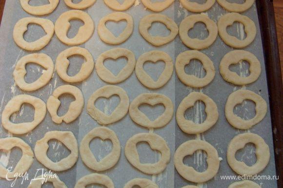 Застелить противень бумагой для выпекания и смазать ее жиром (маслом/маргарином). Выложить печенье.