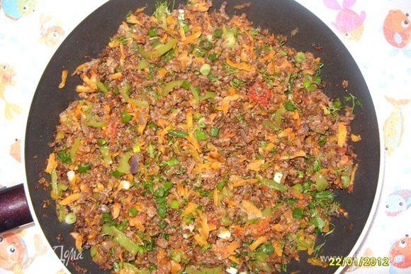 Обжариваем мясной фарш, затем добавляем к нему лук, перец, морковку (через тёрку) и помидоры (в конце-и тоже через тёрку). Когда всё обжарится снимаем с огня и добавляем мелко нарезанную зелень.