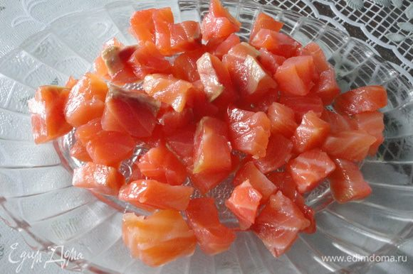 такими же кубиками нарезаем сёмгу,помидоры пополам