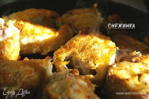 Следующим утром жарила рыбку. Хорошо разогреваем сковороду с маслом, кладем рыбу и сначала держим ее несколько минут на сильном огне с двух сторон до образования корочки, потом убавляем огонь и жарим до готовности.