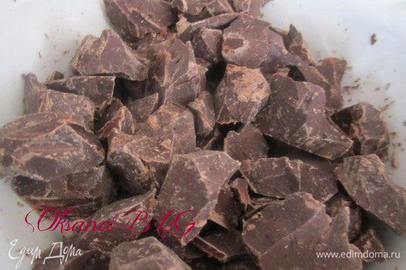 Оставшийся шоколад поломать на крупные кусочки.
