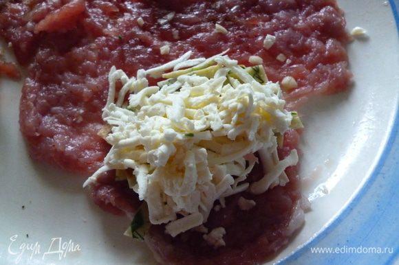 Достать из холодильника отбивные.На каждую выкладываем сначала лапшу из блинчиков,затем тертый сыр и хорошо заворачиваем,формуем котлету.