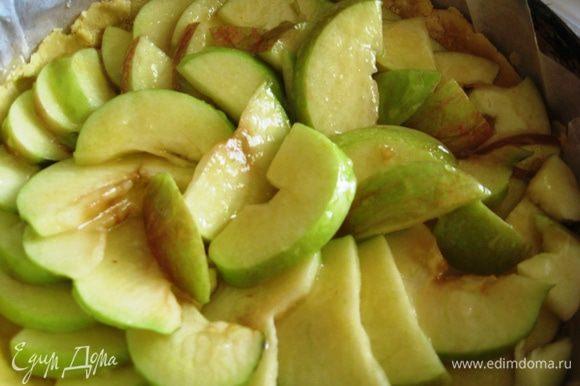 Достаем тесто из холодильника. Выкладываем яблоки и заливаем сиропом. Выпекаем в духовке при 180 градусах 25 минут.