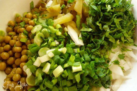 Добавить репчатый лук,тоже нарезанный не крупной соломкой,горошек,зелень.