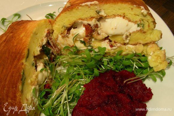 Выкладываем на тарелки салат, кусочки рулета и свекольную икру и подаем сразу же. Приятного аппетита)))