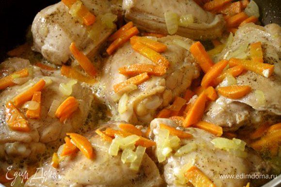Затем вернуть курицу в сковороду, влить вино, довести до кипения, дать выпариться спирту.