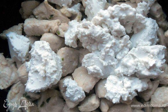 """Добавить кокосовое молоко (только """"мякоть"""", лишнюю жидкость слить), уменьшить огонь и томить курицу под крышкой около 10 минут, либо чуть дольше - мясо должно стать мягким."""