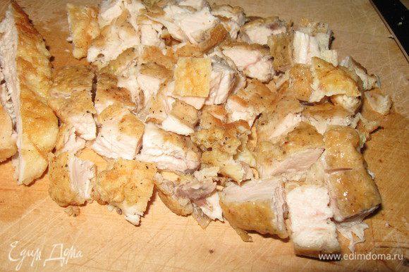 Куриное филе порезать маленькими кусочками, обжарить на растительном масле минут пять(я поджарила биточки из грудки и порезала на кубики)