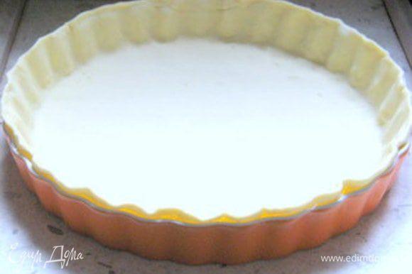 Раскатать тесто.Накрыть форму для выпечки пергаментом и выложить тесто.